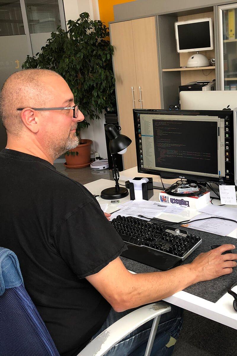 Ein Bild von einem Mitarbeiter am programmieren Esolution